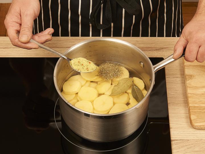 Tejfölös krumplifőzelék elkészítés 2. lépés képe