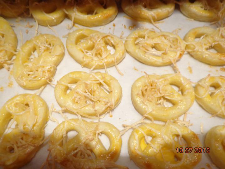 Túrós-sajtos perec elkészítés 4. lépés képe