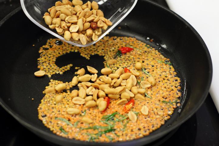 Édes-csípős rizs mangóval és kókusszal elkészítés 2. lépés képe