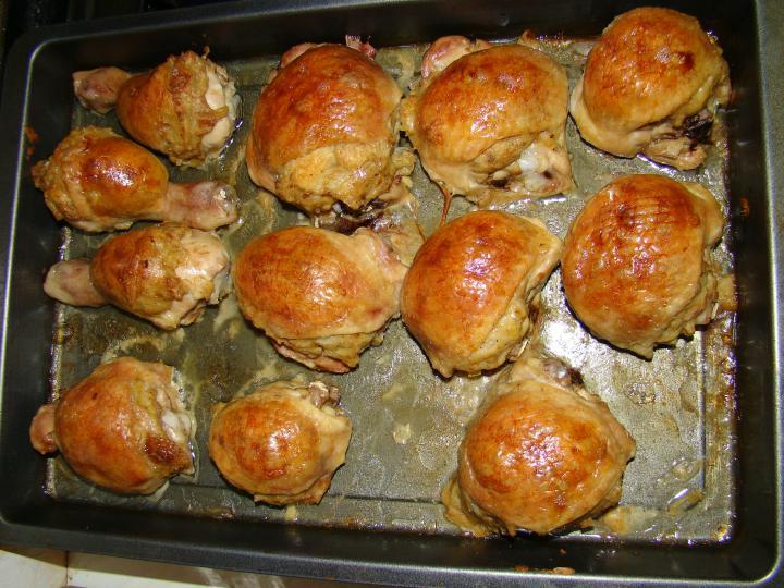 Töltött csirkecombok, hagymás burgonyával elkészítés 3. lépés képe