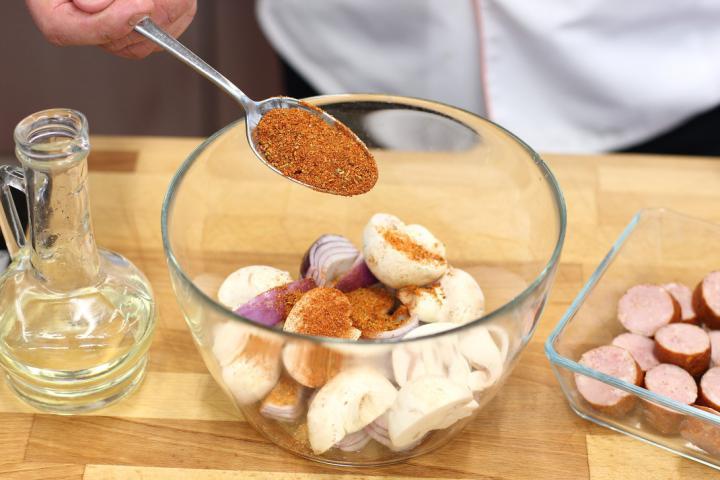 Saslik kolbásszal és gombával elkészítés 1. lépés képe