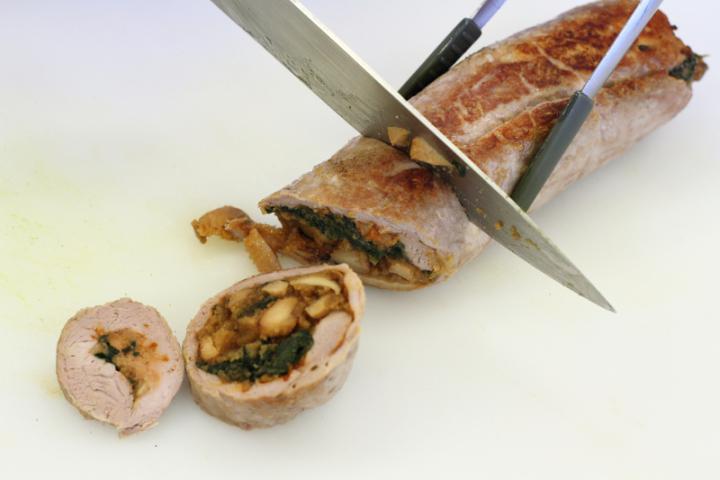 Sertésszűz tekercs erdei gombákkal, spenóttal és burgonyagolyókkal elkészítés 6. lépés képe