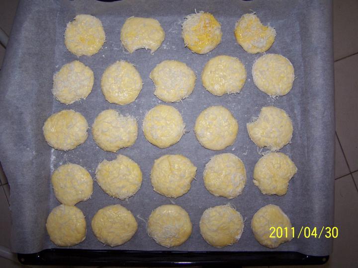Kívül belül sajtos pogácsa elkészítés 3. lépés képe