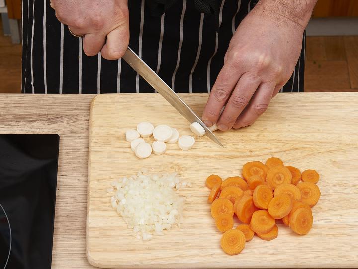 Magyaros zöldborsó leves elkészítés 1. lépés képe
