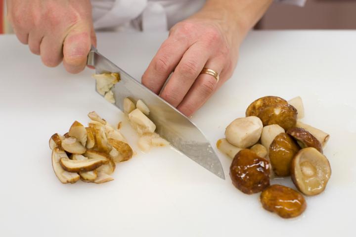 Vargányaleves tojással elkészítés 2. lépés képe
