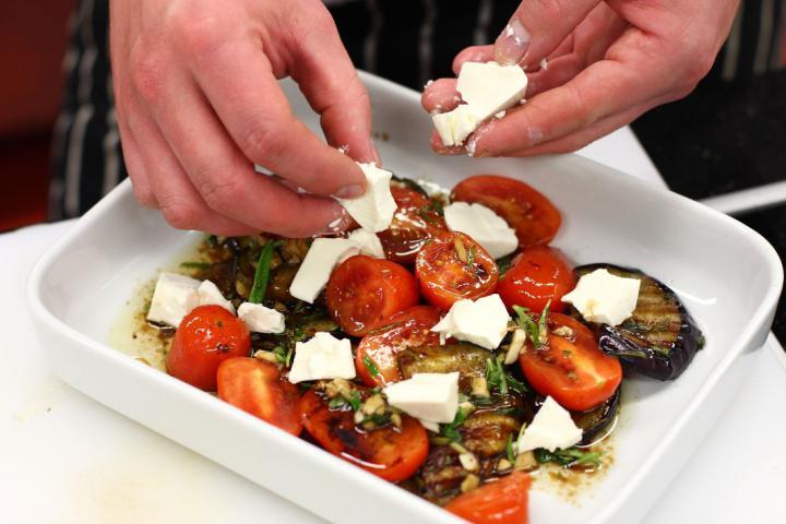 Grillezett padlizsán balzsamecettel, feta sajttal és mentával elkészítés 5. lépés képe