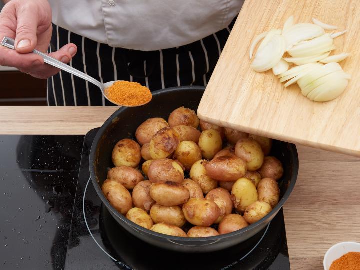 Hagymás pirított újkrumpli elkészítés 5. lépés képe
