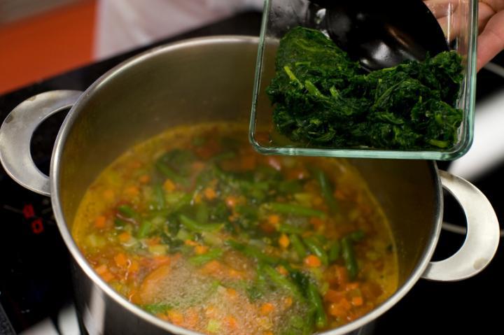 Zöldségleves spenóttal és parmezánnal elkészítés 3. lépés képe
