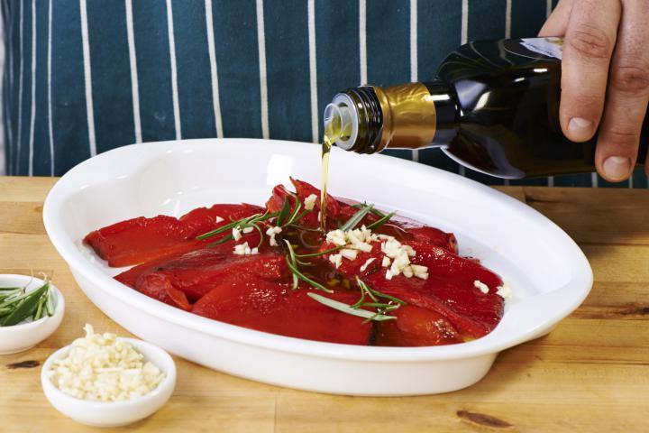 Saláta sült paprikával, olívával és feta sajttal elkészítés 3. lépés képe