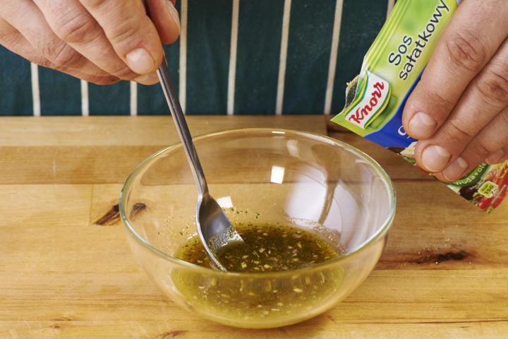Saláta sült paprikával, olívával és feta sajttal elkészítés 4. lépés képe