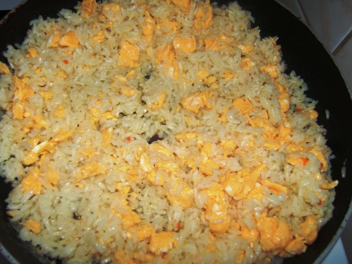 Currys-ananászos csirke tojásos rizzsel elkészítés 4. lépés képe