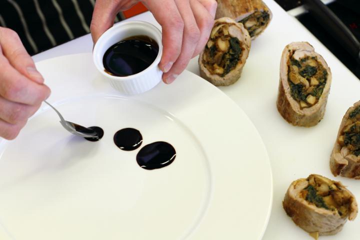 Sertésszűz tekercs erdei gombákkal, spenóttal és burgonyagolyókkal elkészítés 7. lépés képe