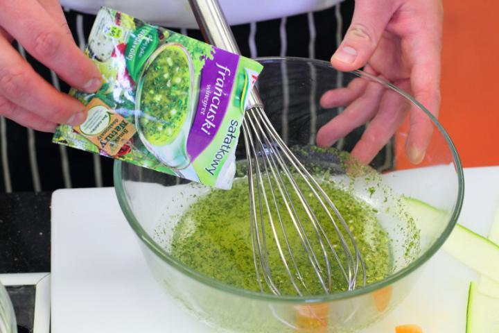 Mozzarella saláta zöldség szalagokkal elkészítés 3. lépés képe