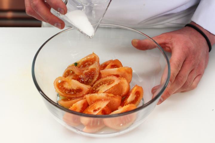 Emmentáli sajt saláta paradicsommal és savanyú uborkával elkészítés 2. lépés képe