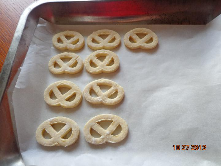 Túrós-sajtos perec elkészítés 3. lépés képe