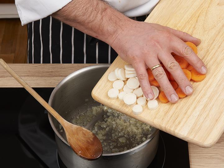 Magyaros zöldborsó leves elkészítés 2. lépés képe