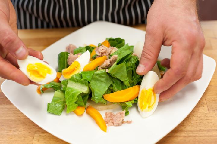 Saláta párolt zöldségekkel és tonhallal elkészítés 4. lépés képe