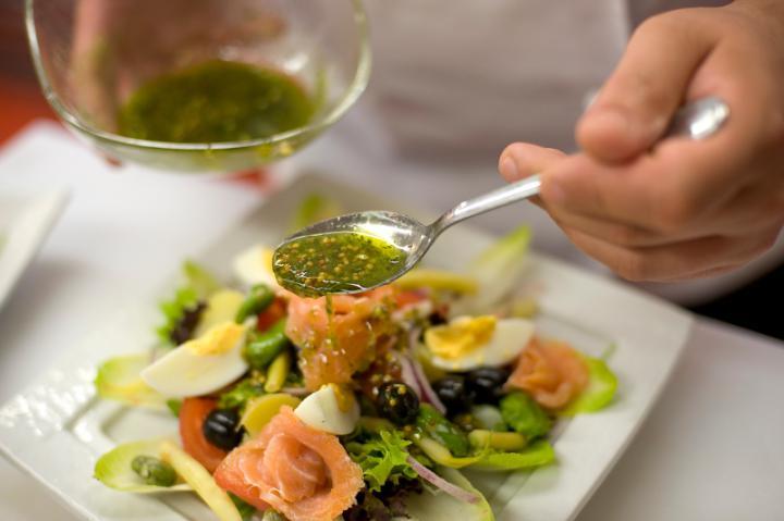 Nizzai saláta füstölt lazaccal elkészítés 7. lépés képe