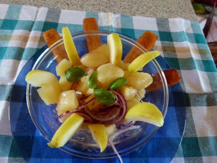 Krumplisaláta lilahagymával és almával elkészítés 3. lépés képe