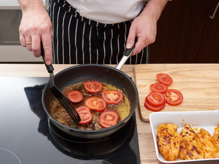 Mozzarellás csirkemell szeletek joghurtos salátával elkészítés 3. lépés képe