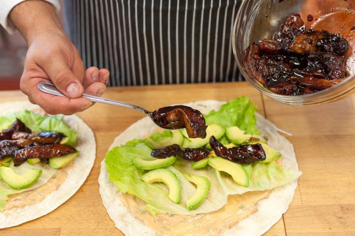 Tortilla pácolt lazaccal elkészítés 3. lépés képe