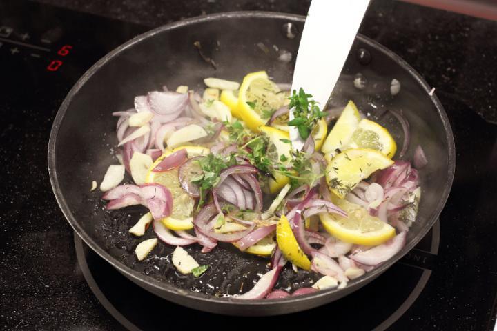 Citromos-rizses csirke tepsiben sütve elkészítés 3. lépés képe