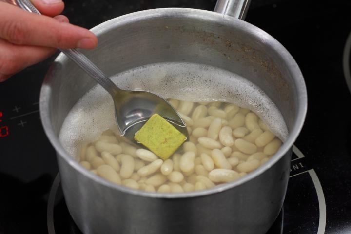 Fehér bab aszalt szilvával elkészítés 1. lépés képe