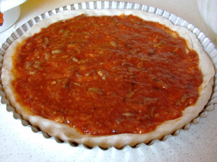 Szalámis pizza, paradicsomos alappal elkészítés 7. lépés képe