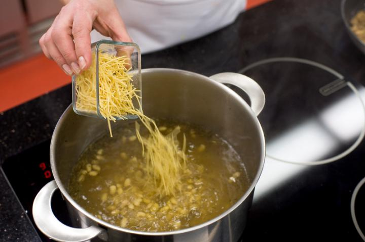 Erdei gombaleves tésztával elkészítés 4. lépés képe