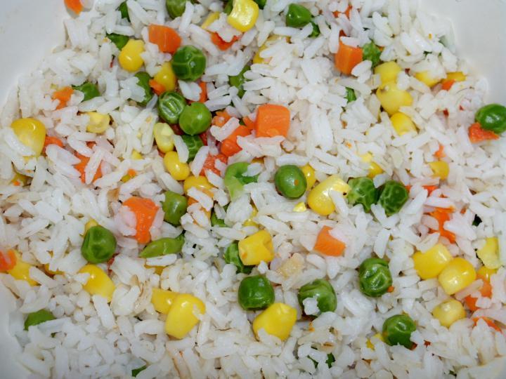 Csirkemell zöldséges rizzsel, sajtmártással elkészítés 3. lépés képe