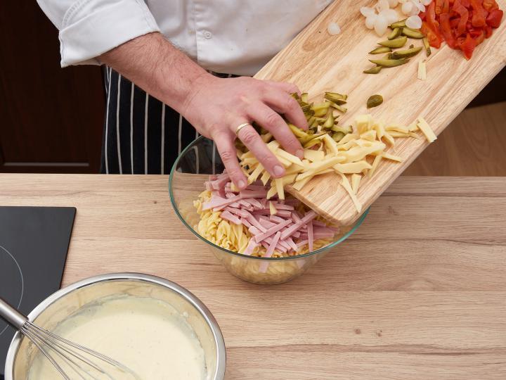 Majonézes tésztasaláta elkészítés 4. lépés képe