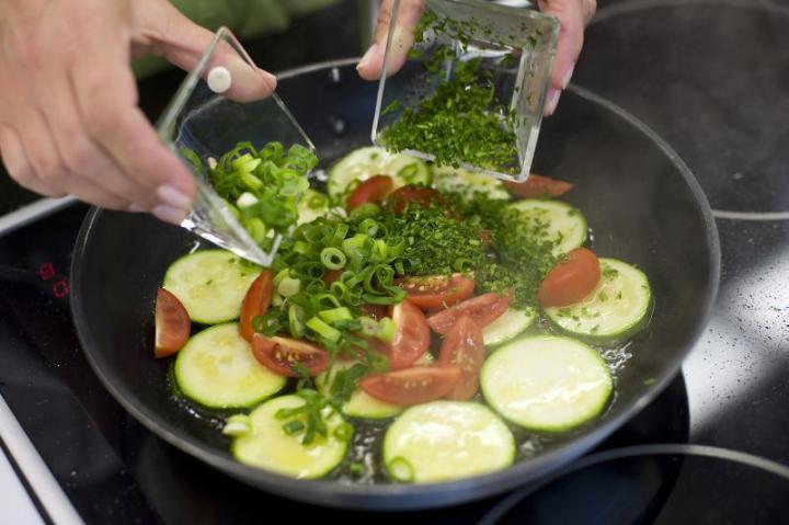 Spanyol omlett cukkinivel, paradicsommal és juhsajttal elkészítés 2. lépés képe