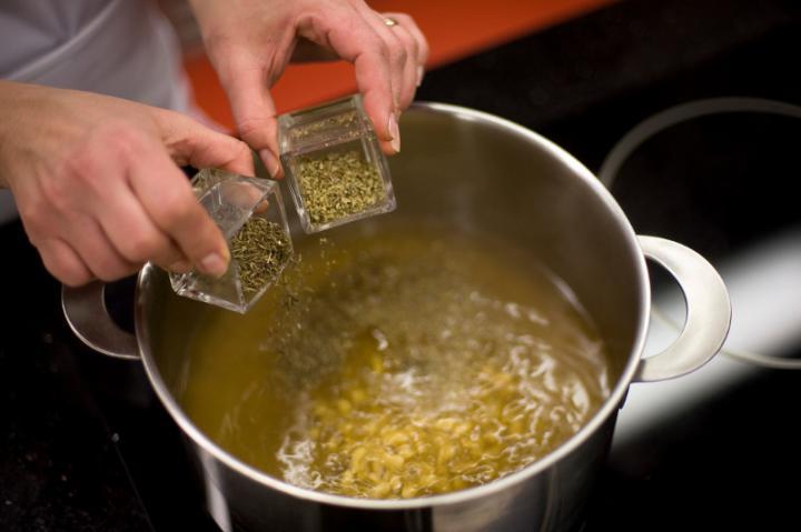 Erdei gombaleves tésztával elkészítés 2. lépés képe