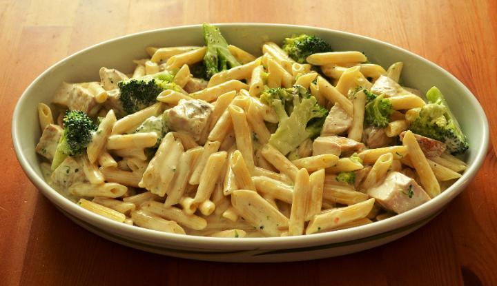 Penne csirkével, brokkolival és sajttal sütve elkészítés 3. lépés képe