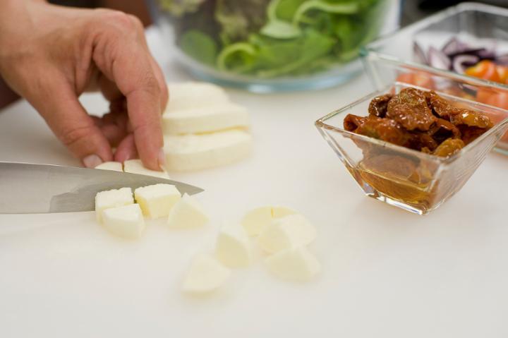 Saláta tortellinivel,  és mozzarellával elkészítés 2. lépés képe