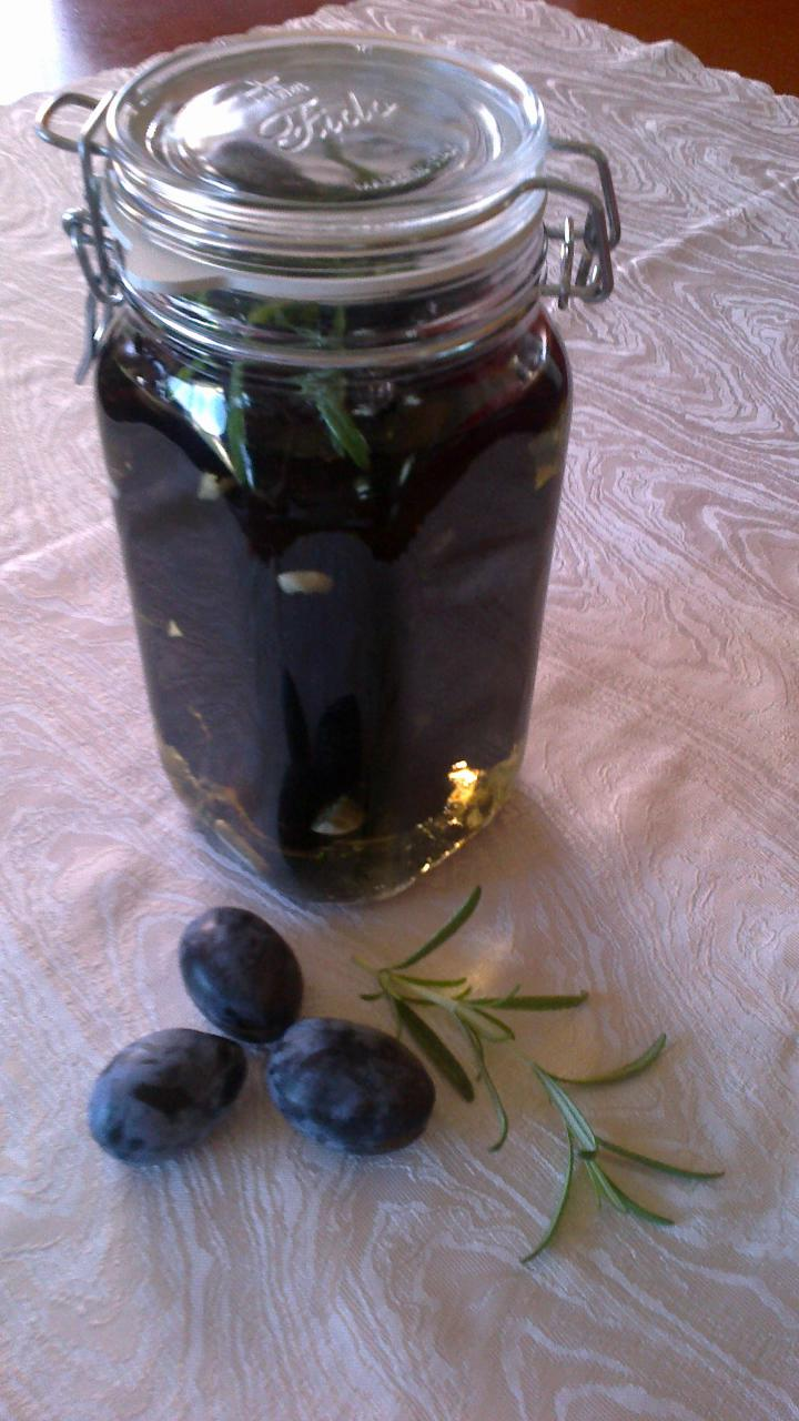 Aszalt szilva befőtt fokhagymás olíva olajban elkészítés 4. lépés képe