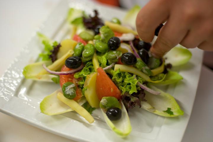 Nizzai saláta füstölt lazaccal elkészítés 6. lépés képe