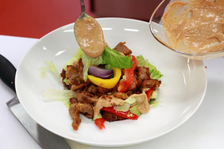 Gyros saláta tortilla chipsszel elkészítés 4. lépés képe