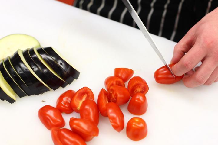 Grillezett padlizsán balzsamecettel, feta sajttal és mentával elkészítés 1. lépés képe