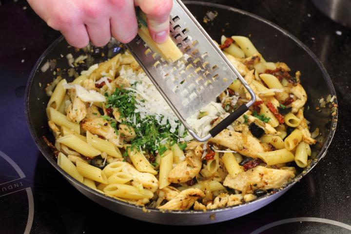 Csirkemellel és brokkolival sütött penne elkészítés 5. lépés képe