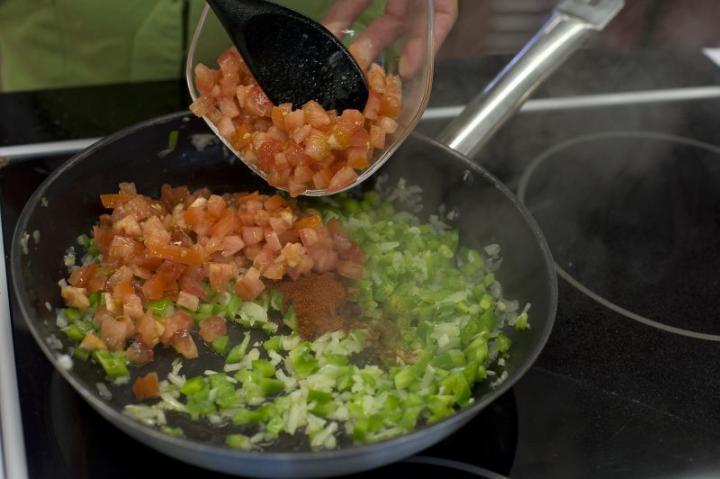 Spanyol paradicsomleves fokhagymás krutonnal elkészítés 3. lépés képe