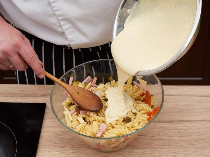 Majonézes tésztasaláta elkészítés 5. lépés képe