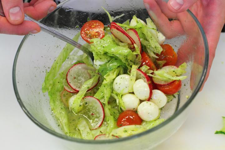 Mozzarella saláta zöldség szalagokkal elkészítés 4. lépés képe