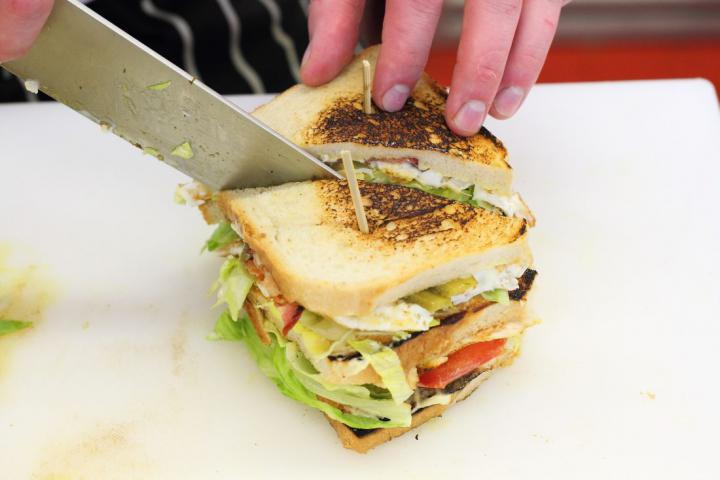 Club sandwich csirkével, baconnel és tojással elkészítés 7. lépés képe