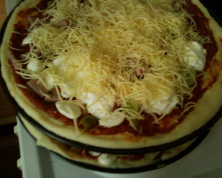 Sajtos-paradicsomos pizza elkészítés 5. lépés képe