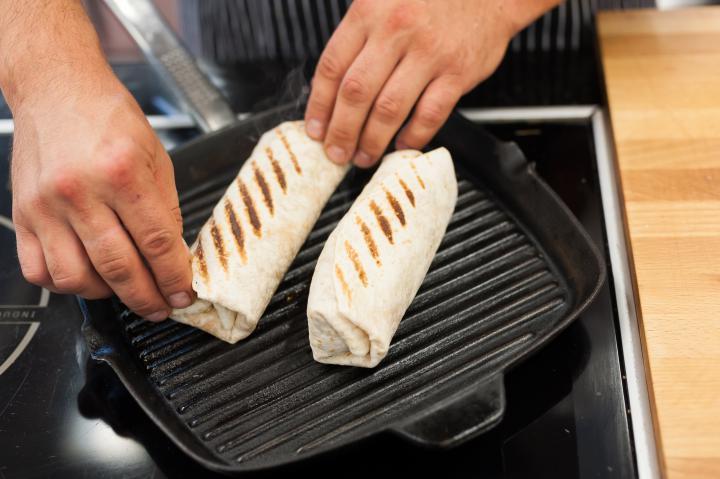 Tortilla pácolt lazaccal elkészítés 5. lépés képe