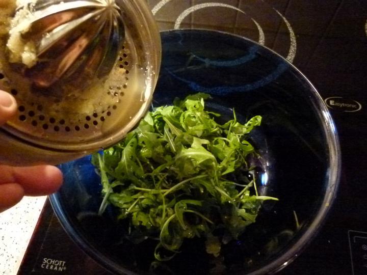 Baconbe tekert majorannás máj citromos ruccola salátával elkészítés 4. lépés képe