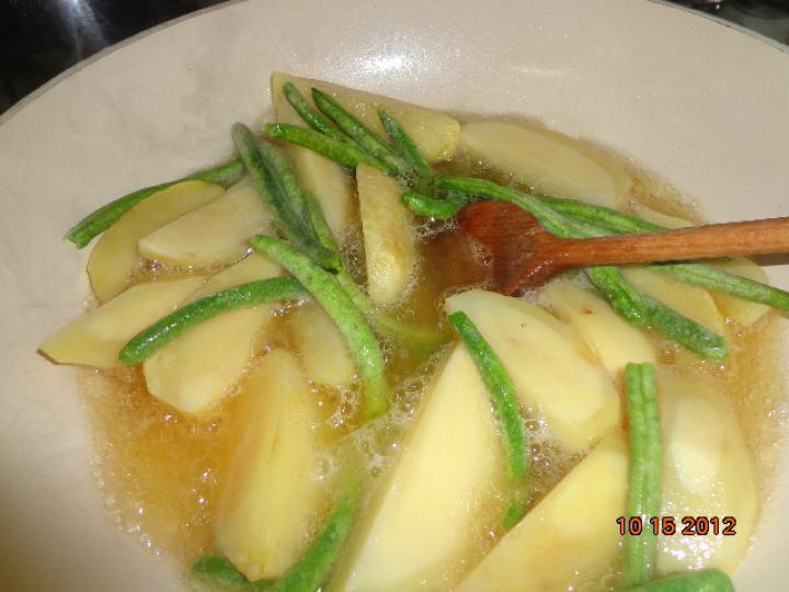 Kacsazsírban sült zöldbabos burgonya elkészítés 3. lépés képe