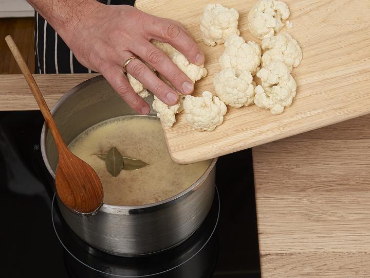 Tejfölös karfiolleves elkészítés 3. lépés képe