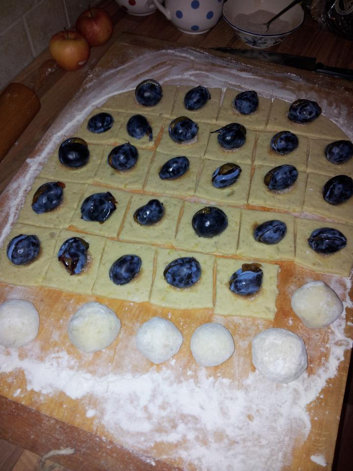 Szilvás gombóc elkészítés 2. lépés képe